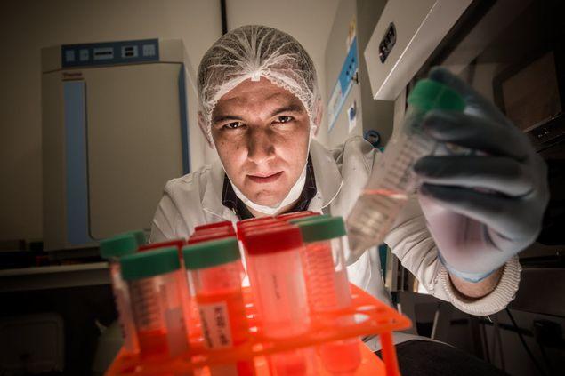 Marcos Valadares, sócio da Pluricell, no laboratório da empresa em São Paulo (Fotos: Keiny Andrade/Folhapress)